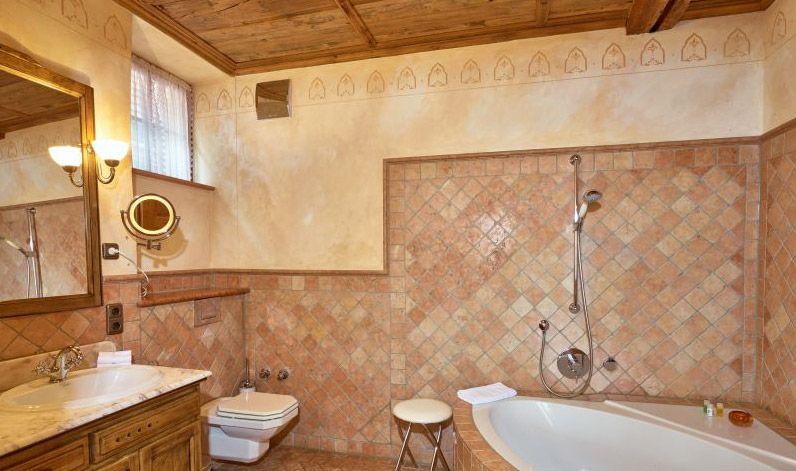 hotelzimmer mit badewanne im raum : Historische und komfortable Zimmer ...