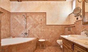 Bath with bathtub in room No. 21