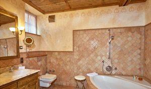 Badezimmer von Raum 20 mit Badewanne