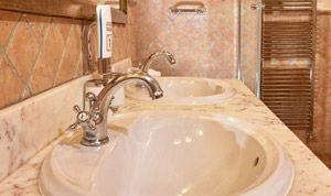 Waschbecken in Zimmer 21