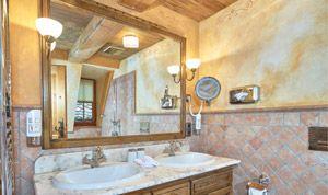 Großer Spiegel im Bad von Zimmer 33